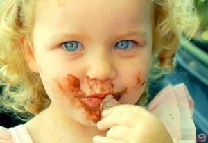 cikolata-yiyen-cocuk